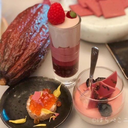 【試食レポ】ルビー色の新チョコレート!辻口シェフや小山シェフ考案のスイーツにルビーチョコのセイボリーも!