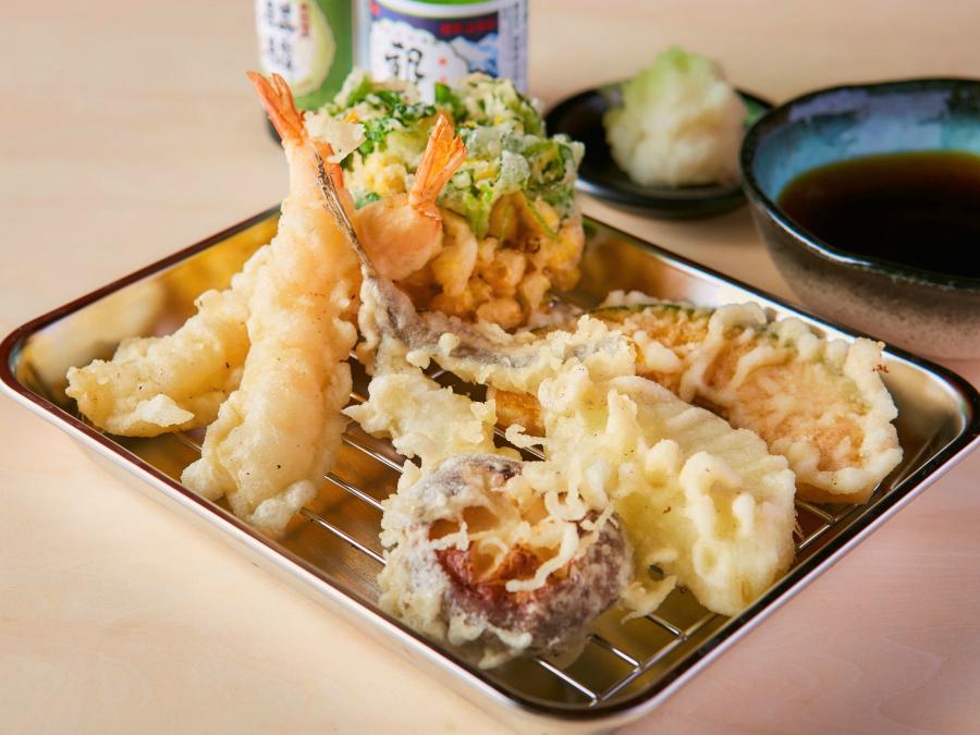 『天ぷら酒場 上ル商店 門前仲町本店』うにといくらの「うにくらたま天」や「牛レア天」にすき焼きの天ぷらも!
