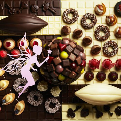 【チョコレートセンセーション2019】ANAインターコンチネンタルホテル東京でチョコづくしブッフェ! top画 天使飛んでるやつ ANAインターコンチネンタルホテル東京(ANA InterContinental Tokyo)では、昨年に続き、世界有数のチョコレートメーカー「バリーカレボージャパン株式会社(Barry Callebaut Japan Ltd.)協力のもと、2019年10月1日(火)から2020年1月14日(火)まで、チョコレートをテーマにした祭典『チョコレート・センセーション 2019』を、ホテル内全 7 ヶ所のレストラン&バーほかパブリックエリアを含め、全館を挙げて開催! チョコレートづくしのスイーツブッフェやアフタヌーンティー、さらにはカカオを使った和食などの期間限定メニューに加え、ワークショップ、チョコレート細工の作品展示、人気ブランドのポップアップストアも! 店舗ごとに詳細情報やメニューをまとめていくので、ぜひ参考に! サブタイトル 「チョコレート・スイーツブッフェ」 シャンパン・バー(3FL.) 「チョコレート・スイーツブッフェ」 シャンパン・バー(3FL.) The Champagne Bar 2020年1月13日(月)まで お1人様 平日 5,800円/土日祝日 6,400円 時間 11:30~/13:30~/15:30~/17:30~/19:30~ 各1時間半・5部制 ※但し、日曜・祝日は19:30~の部を除く4部制。 吹き抜けのロビーを見渡せるシャンパン専門店「シャンパン・バー」(3FL.)の「チョコレート・スイーツブッフェ」では、ダーク、ミルク、ホワイト、ルビーなど異なるチョコレートを使った合計 40 種類の豊富なスイーツと、チョコレートやカカオを使用した 13 種類の軽食をブッフェ形式で存分に楽しめます。 人気の食べ比べコーナーには、10 種類以上のボンボンショコラが用意されます。 画像 トップとおなじ メニュー 〈チョコレートスイーツ〉(40種類) クラシックショコラ オペラ チョコレートクリームブリュレ チョコレートブラウニー ラズベリーとチェリーのチョコレートケーキ チョコレートムース ホワイトチョコレートとビターチョコレートのシュークリーム ホワイトチョコレートとレモンケーキ ホワイトチョコレートとバラのムース ルビーチョコレートと苺のロールケーキ ルビーチョコレートとチェリーのケーキ キャラメル風味のチョコレートと栗のケーキ チョコレートタブレット3種(ルビー、ビター、ホワイト) アールグレイ風味クリーム5種(ビターチョコレートとエキゾチックソース、ホワイトチョコレートとマシュマロ、ルビーチョコレートのクランチ、ミルクチョコレート、キャラメル風味のチョコレートとマロン) など 〈軽食〉(13種類) プルドポークバーガー チョコレートソース アップルベーコンピザトースト チョコレートバーベキューソース シーフードサラダ ホワイトチョコレートチリソース ハムとタマゴのココアフォカッチャサンドイッチ チキントルティーヤ チョコレートとバルサミコソース フォアグラムース 2種(ベリーチョコレートソース、オレンジチョコレートソース) トマトとイカ墨パン カカオニブ添え ココアクロワッサン ルビーチョコレートがけ など 10種類以上のボンボンショコラ食べ比べコーナー ソフトクリームを使ったオリジナルパフェのメイキングコーナー ※ウェルカムスイーツとして、スペシャルデザート「チョコレートガーデン」(10月・11月)または「シークレットチョコレートドーム」 (12月・1月)をテーブルにサービス。 〈ドリンク〉 コーヒー 紅茶 など計15種類のお飲み物がフリードリンク 〈オプション〉 グラスシャンパン 1,500円~ シャンパン・ワイン・ビールのフリーフロープラン 3,000円 シャンパン・バーの予約は⬇ リンク サブタイトル 「チョコレート・アフタヌーンティーセット」 アトリウムラウンジ(2FL.) 「チョコレート・アフタヌーンティーセット」 アトリウムラウンジ(2FL.) ATRIUM LOUNGE お1人様 5,500円 時間 平日 12:00~18:00 2時間制 土日祝日 11:00~/13:30~/16:00~ 各2時間・3部制 ロビーの中央に位置する寛ぎの空間「アトリウムラウンジ」(2FL.)で提供する「チョコレート・アフタヌーンティーセット」では、口どけ滑らかな「ラズベリーのボンボンショコラ」と「ミルクチョコレートとナッツのボンボンショコラ」をはじめ、一品一品美しく仕上げられた 15 種類のプチガトーと 4 種類のセイボリー(塩味のメニュー)が華やかな赤色のアフタヌーンティースタンド