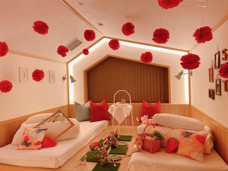 【いちごルーム】ストロベリービュッフェがテーマ!『女性専用宿泊施設CAFETEL(カフェテル)京都三条』